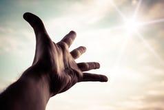 Ręka dosięga niebo w kierunku. Fotografia Royalty Free