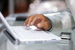 ręka laptop Zdjęcia Stock