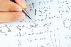 Ręka pisze różnorodnych szkół średnich maths, nauce i Obrazy Stock