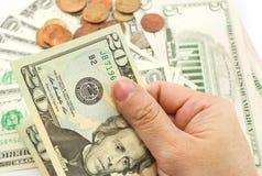 Ręka trzyma dwadzieścia dolarowego rachunek Zdjęcia Stock