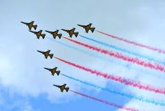 RKAF在新加坡Airshow染黑老鹰乐队特技队特技表现 免版税库存图片