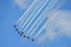 RKAF enegrecem o desempenho aerobatic da equipe Aerobatic de Eagles em Singapura Airshow Foto de Stock Royalty Free