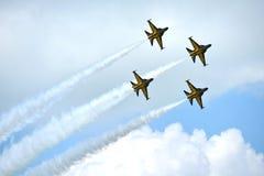 RKAF ennegrecen funcionamiento aeroacrobacia del equipo aeroacrobacia de Eagles en Singapur Airshow Foto de archivo