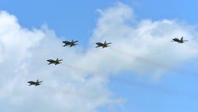 RKAF ennegrecen funcionamiento aeroacrobacia del equipo aeroacrobacia de Eagles en Singapur Airshow Fotografía de archivo