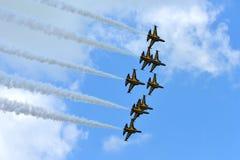 RKAF svärtar aerobatic kapacitet Eagles för det Aerobatic laget på Singapore Airshow Royaltyfri Fotografi