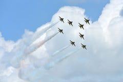 RKAF svärtar aerobatic kapacitet Eagles för det Aerobatic laget på Singapore Airshow Royaltyfria Bilder