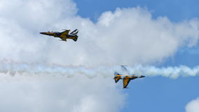 RKAF svärtar aerobatic kapacitet Eagles för det Aerobatic laget på Singapore Airshow Fotografering för Bildbyråer
