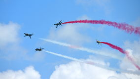 RKAF svärtar aerobatic kapacitet Eagles för det Aerobatic laget på Singapore Airshow Arkivbilder