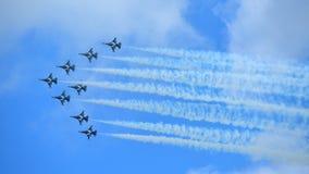 RKAF svärtar aerobatic kapacitet Eagles för det Aerobatic laget på Singapore Airshow Royaltyfri Foto