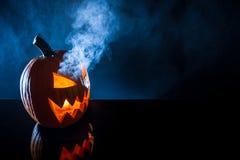 Rökande pumpa med stearinljuset på Halloween Royaltyfria Bilder