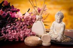 Rökelse och buddha staty med blommabrunnsortbegrepp Royaltyfri Bild