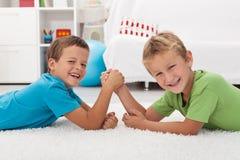 ręki chłopiec szczęśliwy roześmiany zapaśnictwo Fotografia Stock