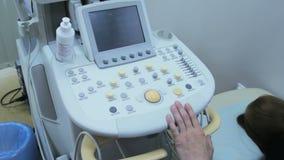Ręki lekarka na przyrządzie dla ultradźwięku egzaminu ciało ludzkie zbiory wideo