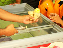 Ręki mienia lody rożek Zdjęcia Royalty Free