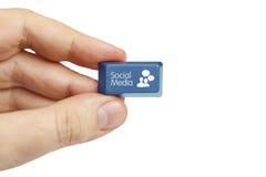 Ręki mienia środków ogólnospołeczny klucz Zdjęcie Stock