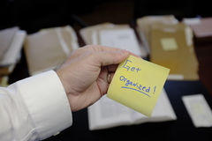 Ręki mienie Dostaje Uorganizowaną Kleistą notatkę Zdjęcie Royalty Free