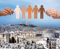 Ręki trzyma papierów łańcuszkowych multiracial ludzi Obraz Stock