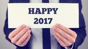 Ręki trzyma Szczęśliwego 2017 plakat Zdjęcie Stock