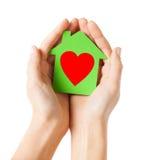 Ręki trzyma zielonego papieru dom Fotografia Royalty Free