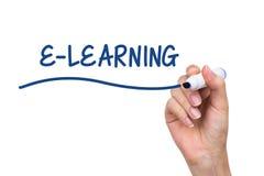 Ręki writing nauczanie online z błękitnym markierem Zdjęcie Royalty Free