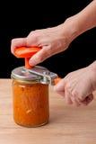 Ręki z przyrządem dla zamykać puszki Zdjęcie Stock