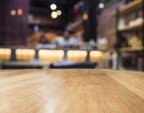 Räknare för tabellöverkant med suddig stångrestaurangbakgrund Royaltyfria Foton