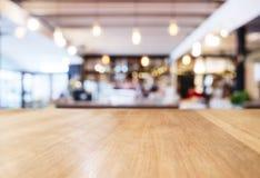 Räknaren för tabellöverkanten med den suddiga restaurangen shoppar inre backgrou Arkivfoto