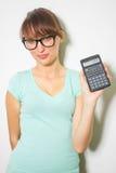 Räknemaskin för håll för ung kvinna digital. Kvinnlig le modell isolerad vit bakgrund Royaltyfri Fotografi