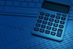 Räknemaskinknappplusen på tangentbordet och grafpapper, blått tonar, a Arkivfoton