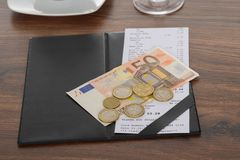 Räkning med euroanmärkningen på tabellen Arkivfoton