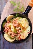 Räkor panorerar stekt med potatisen och zucchinin Royaltyfri Foto