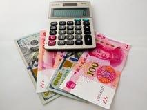 RMB och pappers- pengar för US dollar Arkivfoto