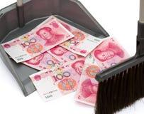 RMB in vuilnisbak en een bezem stock afbeeldingen