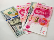 RMB y billetes del dólar de EE. UU. Fotografía de archivo libre de regalías