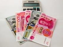 RMB y billetes del dólar de EE. UU. Fotos de archivo libres de regalías