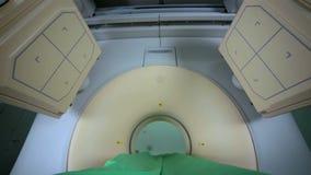 RMI moderno, tomograph, analizzatore, ricerca di gatto nell'azione in clinica luminosa, laboratorio medico Nessuna gente video d archivio