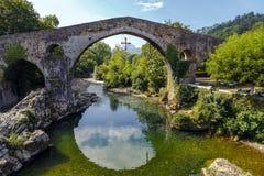 Römische Steinbrücke in Cangas de Onis Lizenzfreie Stockfotografie