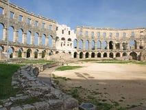 Römische Töpfe auf Anzeige innerem Pula Amphitheatre Stockbild
