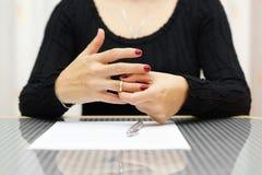 Rómpase para arriba La mujer está sacando el anillo de la mano Imágenes de archivo libres de regalías