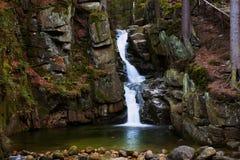 Rnej do ³ de Podgà da cachoeira, cachoeira selvagem na floresta, água, córrego, pedras, reflexões, natureza Imagens de Stock
