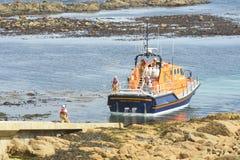 RNLI-livräddningsbåt som går tillbaka upp ramp Royaltyfri Bild