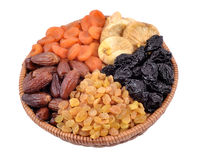 Różnorodne wysuszone owoc w łozinowym pucharze Fotografia Stock