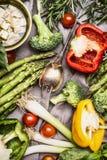 Różnorodni kolorowi warzywo składniki z kulinarnym łyżki i feta serem dla smakowitego kucharstwa, odgórny widok zdrowe jedzenie w Obraz Stock