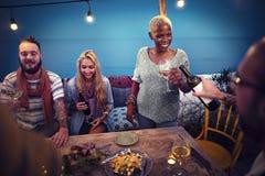 Różnorodny Etniczny przyjaźni przyjęcia czasu wolnego szczęścia pojęcie Obrazy Royalty Free
