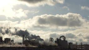 Roślina emituje dym i smog od drymb przy mgłą chmurną, polutanci wchodzić do atmosferę kryzysu ekologiczny środowiskowy fotografi zdjęcie wideo