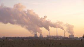 Roślina emituje dym i smog od drymb przy zmierzchem, polutanci wchodzić do atmosferę zbiory