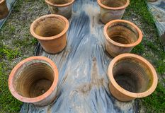 Ro blomkrukan som göras från bakad lera gaden in Arkivfoto
