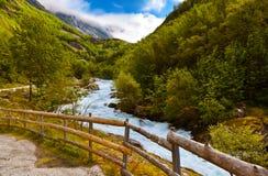 Río cerca del glaciar de Briksdal - Noruega Foto de archivo