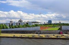 Río de Berlín, de la diversión y edificios del gobierno alemania Fotografía de archivo