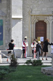 RO de Cluj-Napoca, o 23 de setembro: Povos na parte dianteira tradicional da roupa da igreja em Cluj-Napoca da Transilvânia em Ro Fotos de Stock Royalty Free